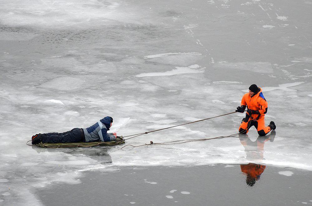 коем случае картинки людей в движении зимой по льду собирает ваши данные